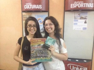 Andressa Garcez, aluna do 2º período do curso de Comunicação Social, com o jornal Vozes das Comunidades