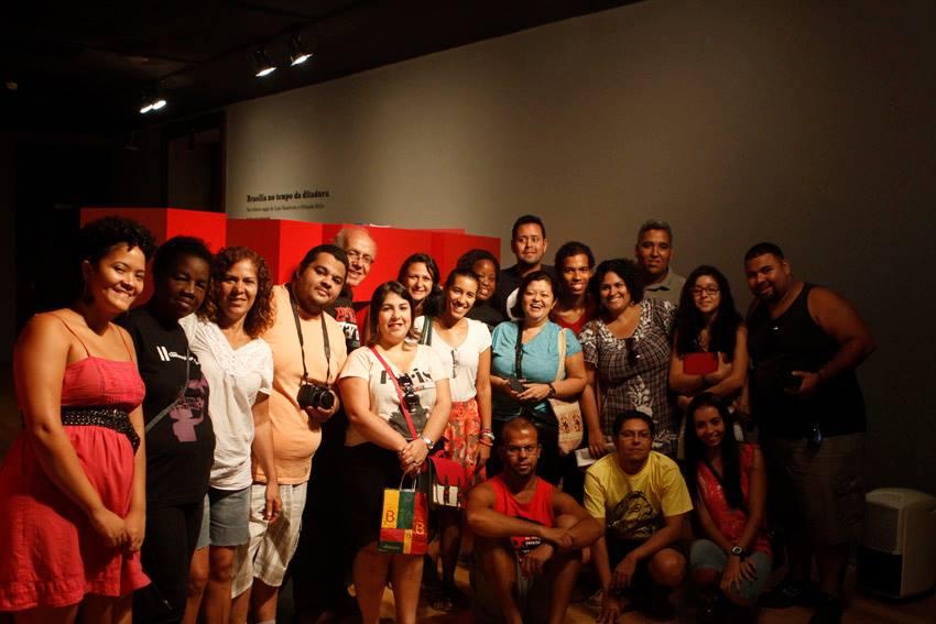 Alunos reunidos na exposição