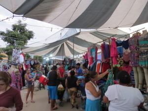 A maioria das peças à venda eram roupas para o outono/inverno. Foto: Miriane Peregrino.