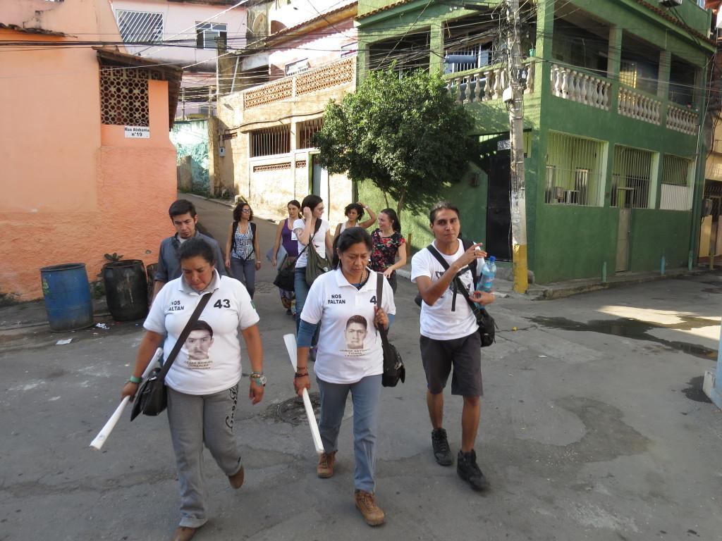 Caravana 43 Sudamérica caminha pelas favelas da Maré. Foto: Miriane Peregrino