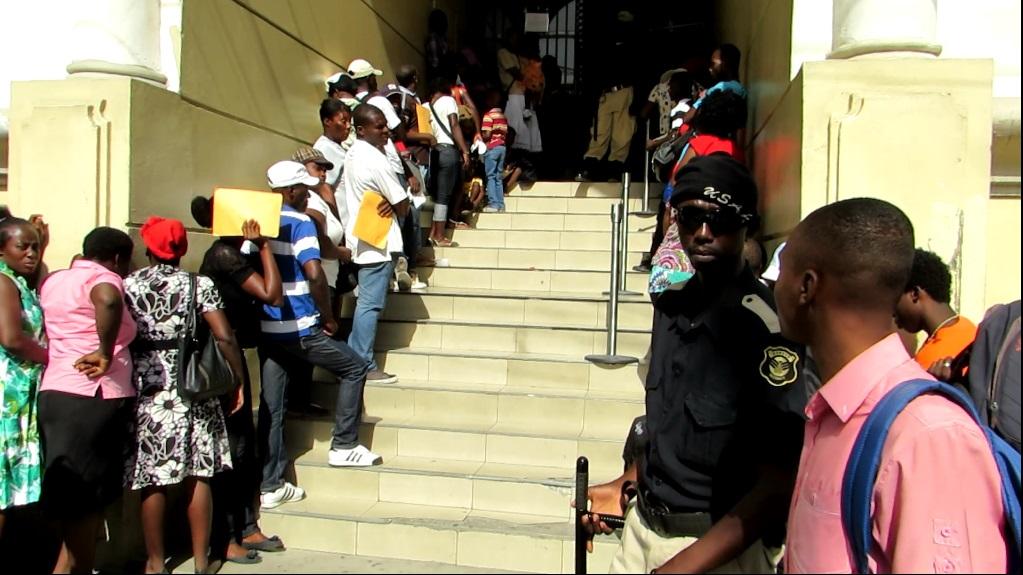 Homens e mulheres aguardam atendimento nas escadarias do Serviço de Consulado da Embaixada do Brasil em Pétionville. Porto Príncipe, Haiti. Foto: Miriane Peregrino