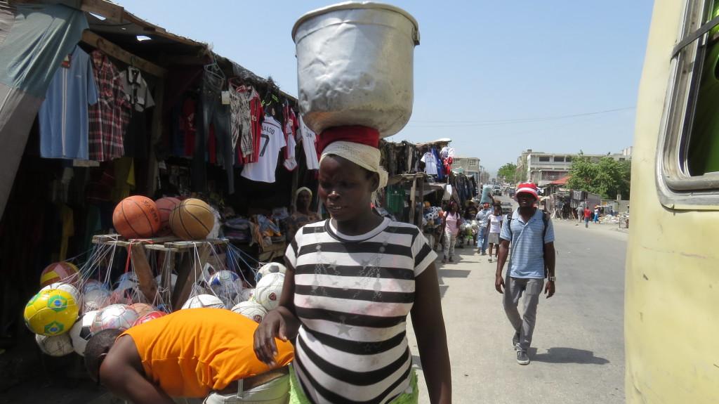 O trabalho feminino é uma forte marca do cotidiano haitiano. Porto Príncipe, Haiti. Foto: Miriane Peregrino