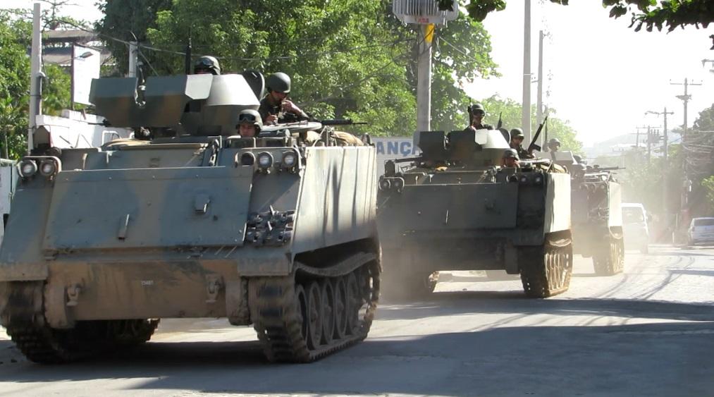 Força de pacificação na Avenida Guilherme Maxwell, na Maré, em junho de 2015. Foto: Miriane Peregrino