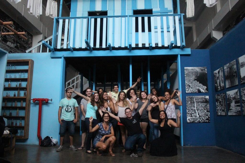 Alunos do curso de comunicação comunitária do jornal o cidadão fazem aula no museu da maré no sábado, 7 de maio.